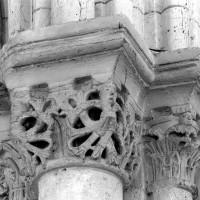 Chapiteaux de l'arc triomphal, côté sud (1996)