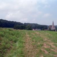 L'église dans son environnement vue du sud-est (2007)