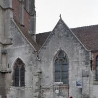 Vue partielle de l'église depuis le sud avec la chapelle Saint-Jean-Baptiste, à droite (2003)