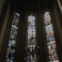Vue partielle de l'abside et de ses vitraux (2002)