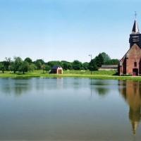 L'église dans son environnement vue de l'ouest (2005)