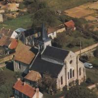 Vue aérienne de l'église avant la ruine du choeur en 1981.