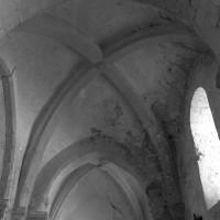 Les voûtes des deux premières travées du bas-côté nord vues vers l'ouest (1996)