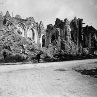 Les ruines de l'église vues du sud pendant la Guerre 14-18 (Gallica)