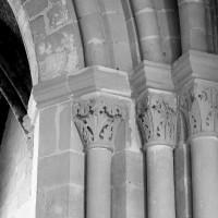 Chapiteaux associés à l'ancienne fenêtre nord, transformée en arcade (1986)