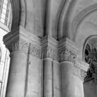 Chapiteaux de la travée droite du choeur, à l'entrée du déambulatoire, côté sud (1986)