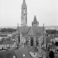 La cathédrale dans son environnement vue de l'est depuis le clocher sud de Saint-Pierre (1986)