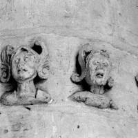 Visages fantastiques sculptés sur la pile sud du choeur (1993)