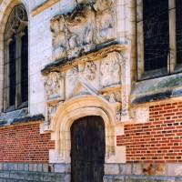 Vue partielle du mur nord de la chapelle et de son portail (2004)