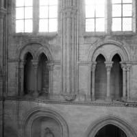 La fausse tribune du mur ouest du bras sud du transept