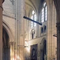 Vue partielle du bras nord du transept vers le nord-est depuis le bas-côté sud de la nef (1996)