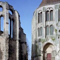 Les vestiges de la chapelle épiscopale et le bras sud du transept vus depuis l'est (2008)