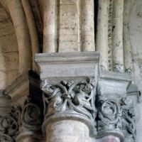 Chapiteaux à la retombée d'une voûte du déambulatoire (à gauche) et d'une chapelle rayonnante (2007)
