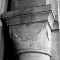 Chapiteau cubique d'une des arcades romanes ouest du choeur
