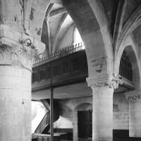 Les arcades du mur gouttereau nord de la nef vues vers le sud-ouest depuis le bas-côté nord (1997)