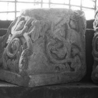 Chapiteau de l'avant-nef déposé dans la tribune (1996)
