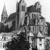 L'église à la fin du 19ème siècle. La fausse-tribune du choeur possède encore ses toitures.