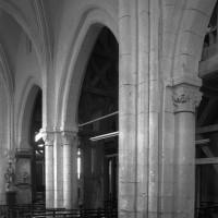 Les arcades du mur gouttereau nord de la nef vues depuis le bas-côté nord vers le sud-est (1995)