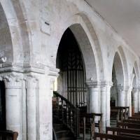 Les arcades du mur gouttereau sud de la nef vues vers le sud-ouest (2006)