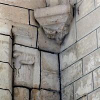 Chapiteau de la fin du 12ème siècle et cul-de-lampe du 16ème (2008)