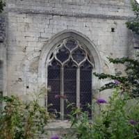 Le chevet de l'église, avec la trace, de part et d'autre de l'actuelle fenêtre, de deux des fenêtres du triplet primitif (2015)