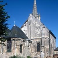 Vue partielle de l'église depuis le nord-est avec les restes de la chambre haute de l'ancienne chambrerie (1995)