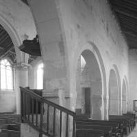 Les arcades du mur nord de la nef vues vers le sud-ouest (1979)