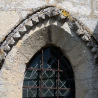 Décor de pointes de diamant à la fenêtre ouest de la chapelle nord (2017)