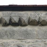 Décor de pointes de diamant au mur gouttereau nord du choeur (2016)