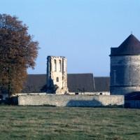 Vue générale du prieuré, avec le pigeonnier (1971)