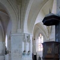 Vue partielle de la base du clocher et de la chapelle sud vers le sud-est (2008)