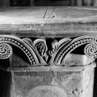 Vue partielle d'une des faces de la cuve baptismale (1970)