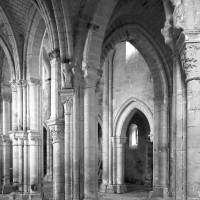 Vue partielle du transept et de la nef vers le nord-ouest depuis le bas côté sud du choeur
