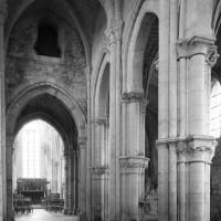La nef vue vers le sud-est avec les piliers surélevés du bas-côté sud