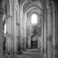 La nef vue vers le sud-ouest avec les piliers surélevés du bas-côté sud