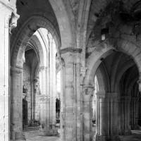 Vue partielle du transept vers le sud-ouest avec le bras nord au premier plan