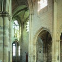 Vue partielle de la nef et du transept sud vers le sud-est