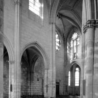 Vue partielle de la nef et du transept nord vers le nord-est