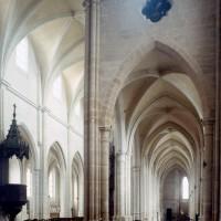Vue partielle du bras nord du transept et de la nef vers le sud-ouest (2000)