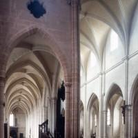 Vue partielle du bras sud du transept et de la nef vers le nord-ouest (2000)