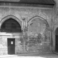 Les arcades par lesquelles la chapelle sud, aujourd'hui disparue, communiquait avec la nef (1996)