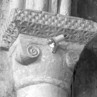Chapiteau roman conservé à la retombée sud du premier arc doubleau - arc triomphal - du choeur (1996)