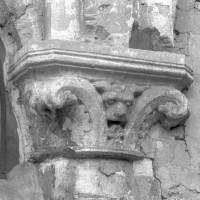 Chapiteau à la retombée des deux arcades de l'ancienne chapelle sud (1996)