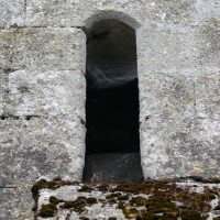 Fenêtre à linteau échancré à la base du clocher (2017)