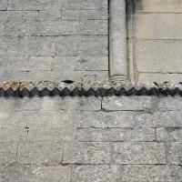 Moulure de pointes de diamant et dents de scie à la base du premier étage du clocher (2017)
