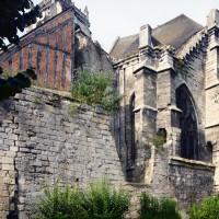 Le chevet de l'église vu du sud-est avec les vestiges de la muraille médiévale (2015)