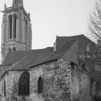 L'église vue du sud est avec les vestiges de la murailles médiévale (1994)