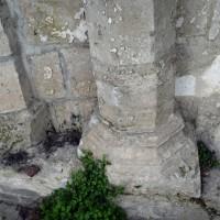 Piles engagées, à pans coupés, et bases au mur ouest de la crypte (2016)