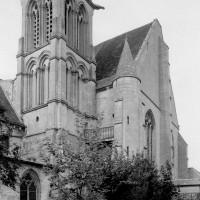 Vue partielle du clocher et du choeur depuis le sud-ouest.