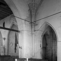 Vue partielle de l'intérieur vers le nord-ouest depuis le choeur avec, à droite, la chapelle correspondant à la base du clocher (1994)